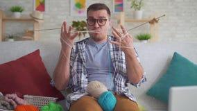 有玻璃编织针的笨拙的年轻人 股票视频