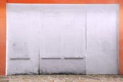 有珊瑚色的框架的葡萄酒白色墙壁 免版税库存图片