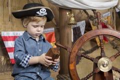 有珍宝的年轻海盗 库存照片