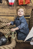 有珍宝的年轻海盗 免版税图库摄影