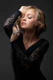 有珍珠环形的美丽的方式妇女 免版税库存照片