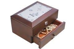 有珍珠的木首饰盒 库存照片