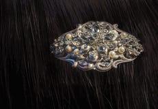 有珍珠的花梢金刚石别针在浅黑肤色的男人的头发 免版税图库摄影