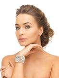 有珍珠耳环和镯子的妇女 免版税库存图片