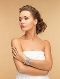 有珍珠耳环和镯子的美丽的妇女 免版税库存图片