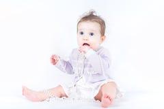 有珍珠项链的典雅的小女孩 免版税图库摄影
