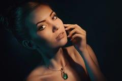 有珠宝的美丽的妇女 免版税图库摄影