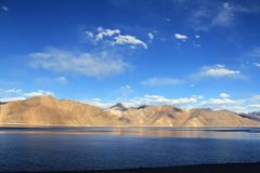 有班公错大海湖的与云彩,莱赫-拉达克,查谟-克什米尔邦,印度的喜马拉雅山和天空蔚蓝 免版税库存图片