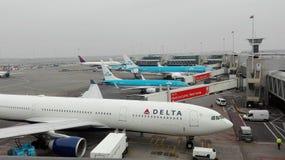 有班机的阿姆斯特丹机场在荷兰 免版税库存图片