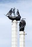 有班轮帆船大模型的石碑在彼得罗巴甫洛斯克Kamchatsky市 免版税库存图片