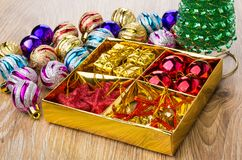 有球、纸板箱、星和响铃的,圣诞节球箱子 库存照片