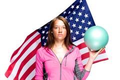 有球和美国国旗的女孩 库存图片