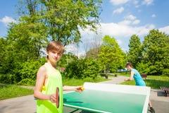 有球拍准备服务乒乓球球的男孩 免版税库存照片