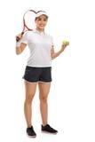 有球拍和网球的女性网球员 免版税库存图片