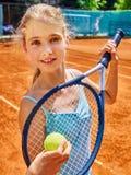 有球拍的女孩在网球的运动员和球 免版税库存图片