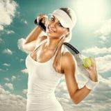 有球拍的成功的妇女在网球场 免版税库存图片