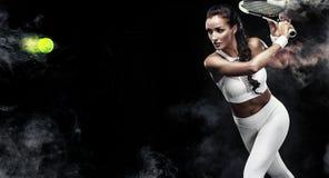 有球拍的美丽的体育女子网球员在白色运动服服装 免版税库存照片