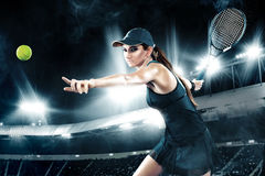 有球拍的美丽的体育女子网球员在蓝色服装 图库摄影