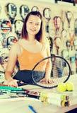有球拍的年轻女运动员网球的 免版税库存照片