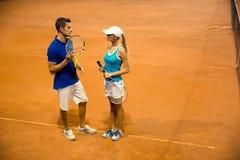 有球拍谈话的网球员 免版税库存图片