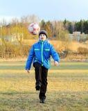 有球的一个男孩 库存照片