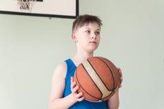 有球的一个男孩 库存图片