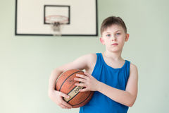 有球的一个男孩 免版税库存图片