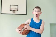 有球的一个男孩 免版税图库摄影