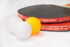 有球的乒乓球球拍 库存图片