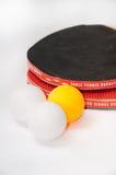 有球的乒乓球球拍 免版税库存照片