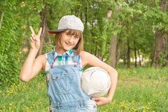 有球的十几岁的女孩在她的手上 免版税库存图片