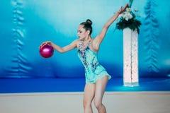 有球的唯一表现女孩体操运动员 免版税库存图片