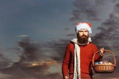 有球的圣诞节人在篮子 免版税库存图片