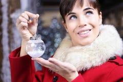 有球的圣诞节妇女,查寻 免版税库存照片