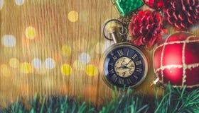 有球的圣诞节怀表和在木的礼物盒和 免版税库存图片