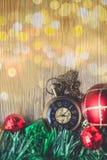 有球的圣诞节怀表和在木的礼物盒和 免版税库存照片
