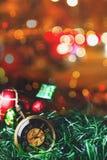 有球的圣诞节怀表和礼物盒在迷离背景中 免版税库存照片