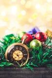 有球的圣诞节怀表和礼物盒在迷离背景中 免版税图库摄影