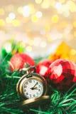 有球的圣诞节怀表和礼物盒在迷离背景中 库存图片