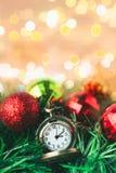 有球的圣诞节怀表和礼物盒在迷离背景中 免版税库存图片
