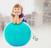有球的女孩健身的 免版税图库摄影
