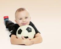 有球的小男孩在他的手上 库存照片