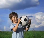有球的愉快的男孩 免版税库存图片