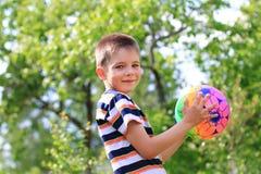 有球的男孩 免版税库存照片