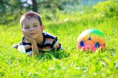 有球的男孩 免版税图库摄影