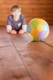 有球的男孩 图库摄影