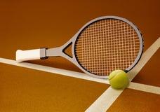 有球的网球拍在硬面红土网球场 免版税库存图片