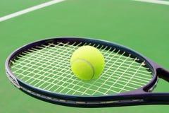 有球的网球拍 免版税库存图片