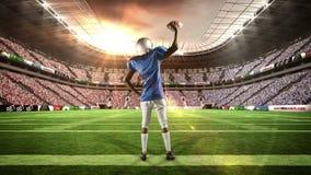 有球的美国橄榄球运动员举他的胳膊 影视素材