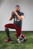 有球的美国橄榄球运动员 免版税图库摄影